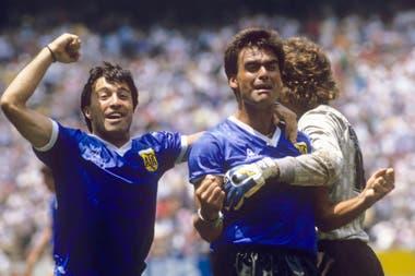 Abrazado por Pumpido, mientras se acerca Olarticoechea: Brown, tras la victoria ante Inglaterra en el Mundial 86.