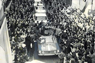 El popular recibimiento que tuvieron los pilotos, que se pasearon en un Torino descapotable por Buenos Aires