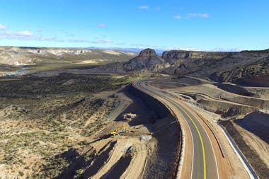 La obra consistió en la pavimentación de un nuevo tramo de la ruta 40, a lo largo de 140 km entre Pareditas y El Sosneado, en la región cordillerana de Mendoza