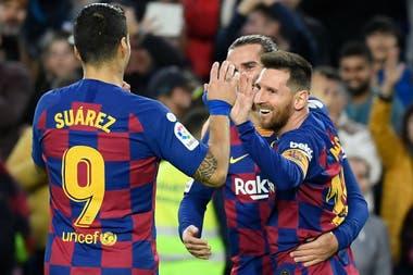 Tridente: Suárez y Griezman saludan a Messi después del gol del argentino
