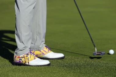 Los zapatos de Justin Thomas, con la figura de Bryant y los colores de Los Angeles Lakers.