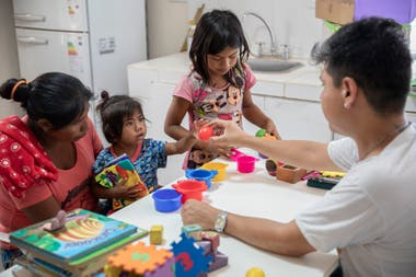 Iván Salazar, psicopedagogo de Pata Pila, trabaja en estimulación temprana con los chicos, las chicas y sus mamás