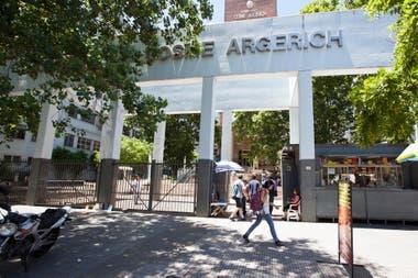 El hospital Argerich, en el barrio de La Boca, y una constante: se toman previsiones por la pandemia