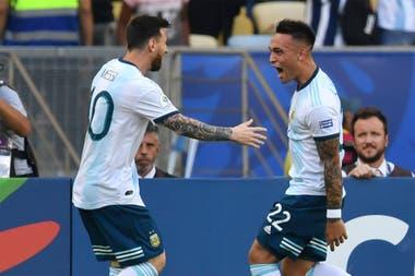 Messi y Lautaro Martínez, en un desafío para jugar ante Bolivia, con la selección, de espaldas al arco también en la altura de La Paz