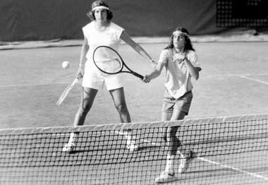 11) Aun siendo junior, en mayo de 1985, Sabatini jugando el dobles profesional de Roland Garros, junto con su compatriota y amiga, Mercedes Paz.