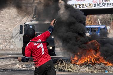 Los manifestantes se enfrentan con la policía antidisturbios durante una protesta contra el gobierno del presidente chileno, Sebastián Piñera, en medio de la pandemia de coronavirus, en Santiago, el 25 de mayo de 2020