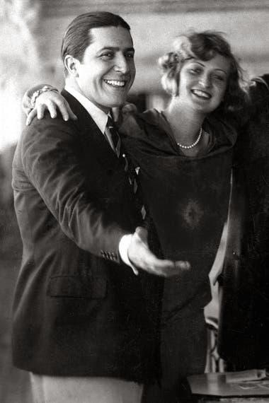 Carlos Gardel bromea junto a su amiga Marguerite Vignou a bordo del buque Conte Rosso, el 12 de junio de 1928