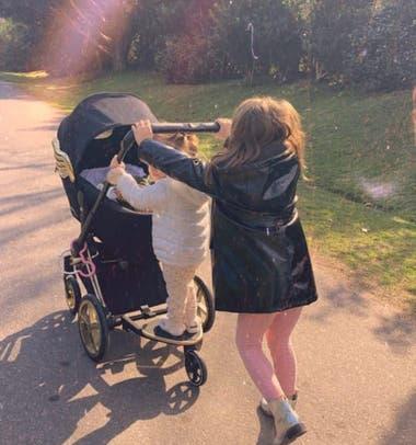 Rufina y Magnolia de paseo con su nuevo hermanito, Amancio