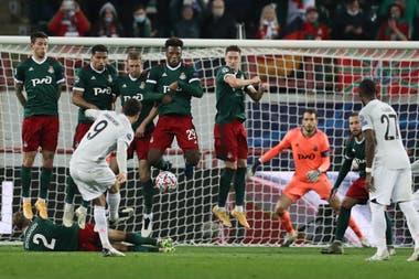 Remate de Lewandowski que no prospera; el delantero polaco no pudo convertir