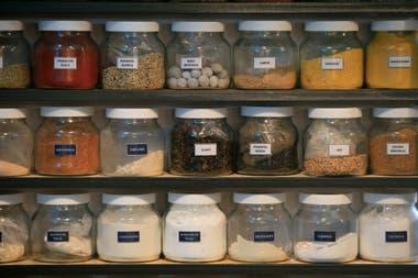 En el quincho donde montó la charutería se puede ver una estantería llena de especias