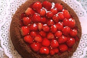 Torta amarga  de chocolate con frutos rojos