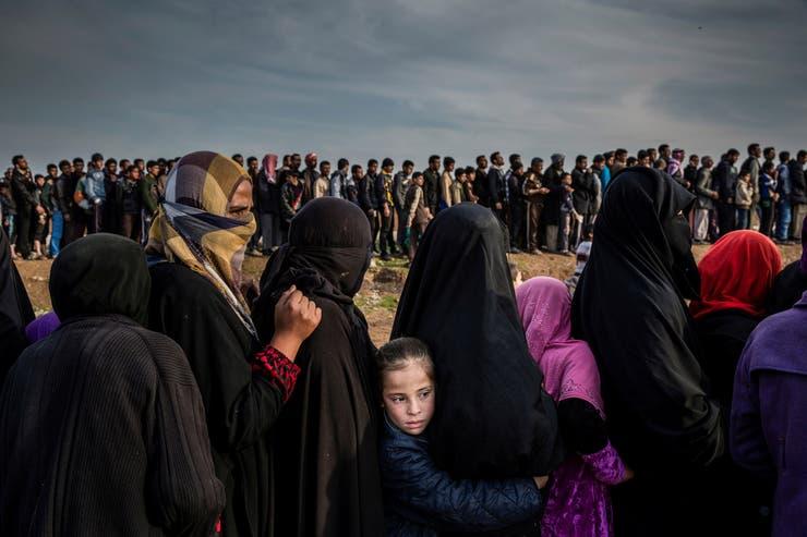 15 de marzo de 2017. Los civiles que se habían quedado en el oeste de Mosul durante la batalla para recuperar la ciudad se agrupan en fila para una distribución de ayuda en el barrio de Mamun.