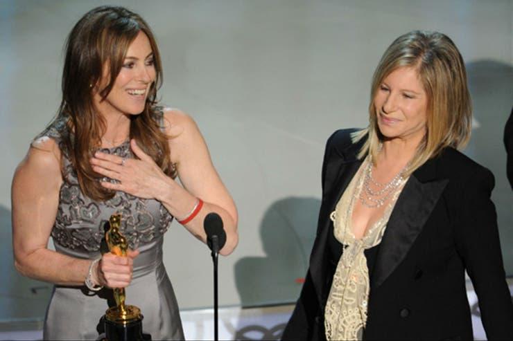 Momento histórico: Kathryn Bigelow recibe el Oscar a mejor directora de manos de Barbra Streisand