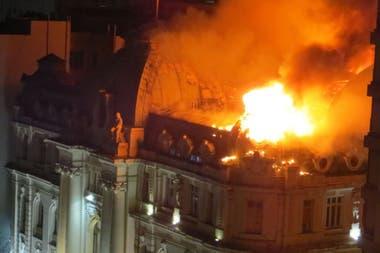 El incendio comenzó alrededor de las 4 de la mañana