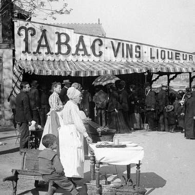 Esta fotografía, tomada en 1890, muestra a vendedores ambulantes de papas fritas en París.