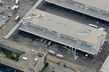 Vista de una de las terminales del aeropuerto de Kansai dañadas por el tifón