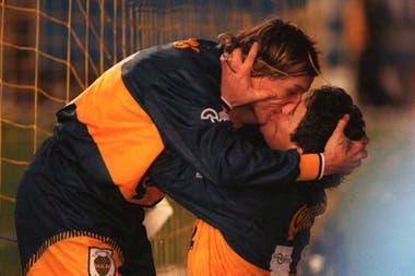 """Las dos figuras de Boca del ´96, Claudio Caniggia y Diego Maradona, se dan un """"piquito"""" Foto tomada en julio de 1996"""
