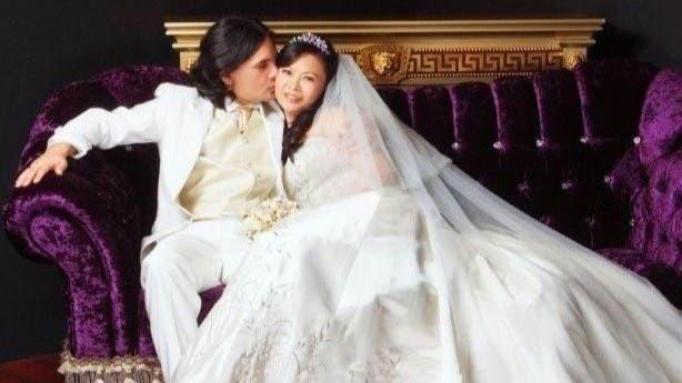Alberto Recalde es músico y viajó a Singapur hace más de diez años contratado por una banda. Luego se casó con Lena Lim y ahora se dedica a la música.