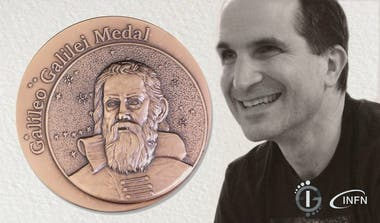 El investigador nacido en Buenos Aires y formado en el Instituto Balseiro, entre los gigantes de la física