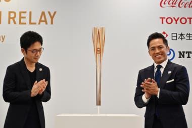 El momento en que se dio a conocer la antorcha olímpica para Tokio 2020