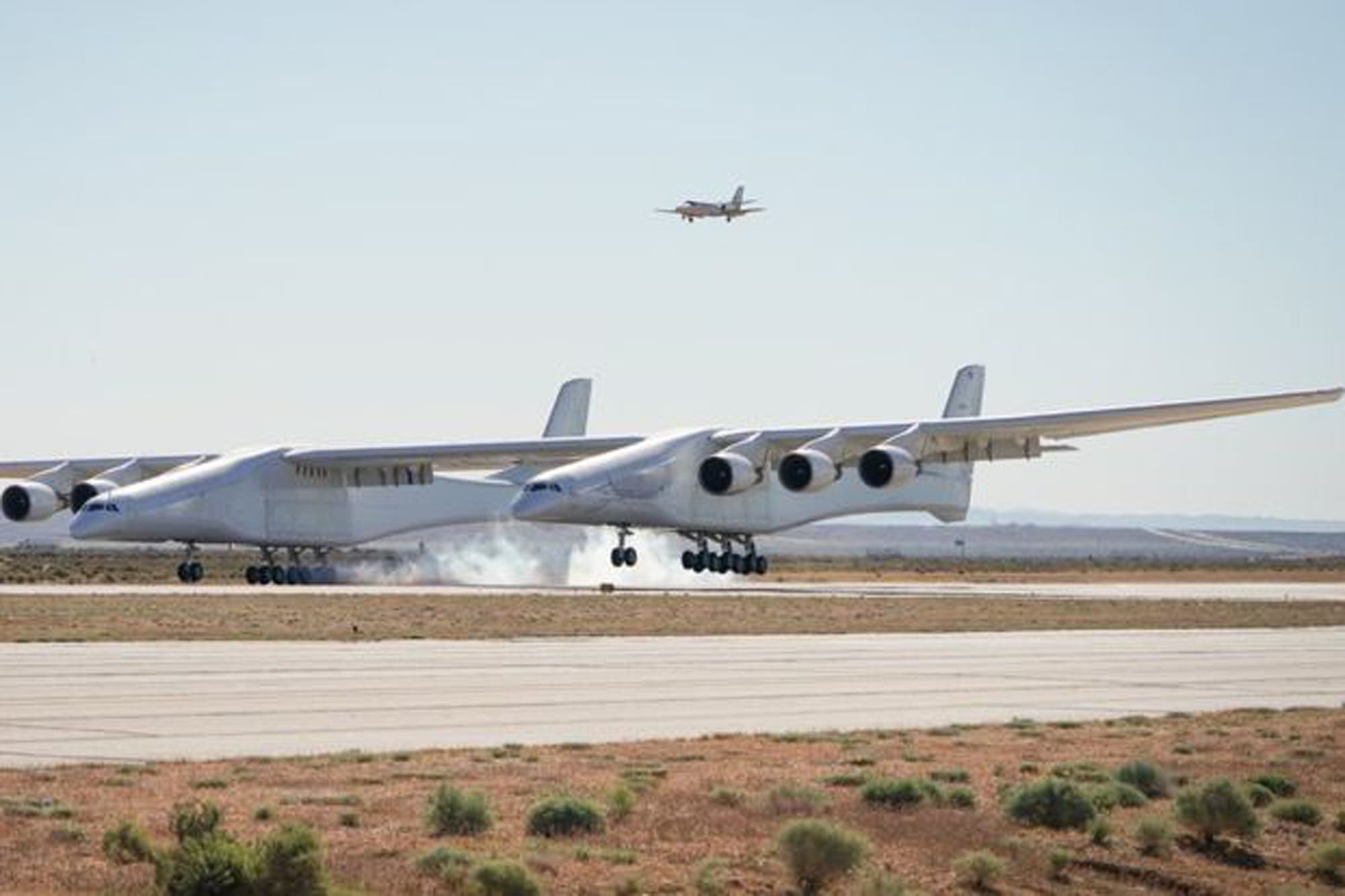 """Así fue el primer vuelo del avión más grande del mundo (más """"largo"""" que una cancha de fútbol)"""