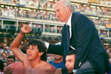 Carlos Bianchi celebra su primer campeonato como entrenador de Boca, en 1998