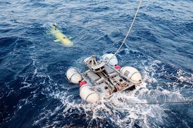 """Lanzamiento de un submarino no tripulado AsterX desde el buque de investigación Antea durante la segunda fase de la búsqueda de los restos del submarino """"La Minerve"""""""