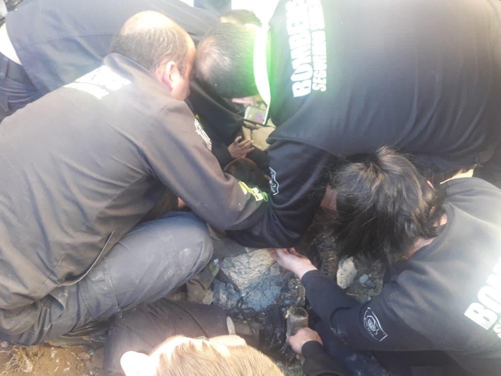 En video: el rescate de un bebé que cayó y quedó atrapado en un sumidero en La Plata