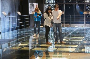 Bajo los vidrios del piso de la Casa Museo de San Martín se ven los trabajos de excavación arqueológica