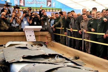 El Mayor de la Guardia Revolucionaria Iraní Hossein Salami, junto a altos mandos, observan un drone estadounidense derribado