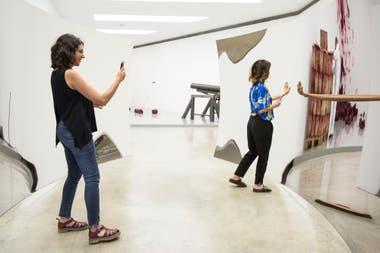 Juegos con los reflejos en la obra Doble vértigo, en la muestra de Anish Kapoor en Fundación Proa