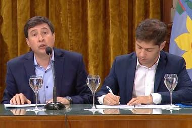El ministro de Desarrollo Social, Daniel Arroyo, y el gobernador bonaerense, Axel Kicillof, firmarón el convenio para la entrega de las tarjetas alimentarias en la provincia.