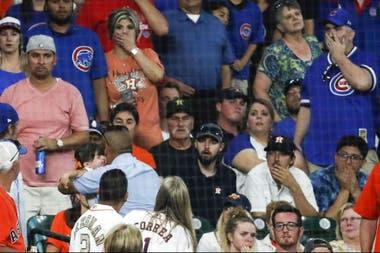 Foto de archivo del miércoles 29 de mayo de 2019, cuando la nena es llevada desde la tribuna después de recibir el impacto de una pelota de los Chicago Cubs.