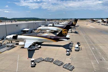 UPS tiene una flota de 251 aviones y 298 subcontratados; además emplean a 2900 pilotos, de los cuales 160 son mujeres