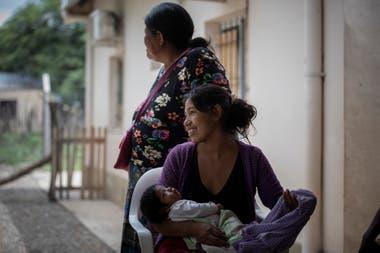 Dos mamás en el centro de salud de La Puntana esperan ser atendidas por el equipo de Pata Pila