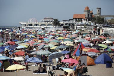 Es probable que la distancia social en las playas marplatenses cambien la usual postal multitudinaria