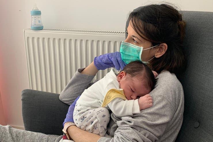 El drama de Vanesa, la madre infectada de coronavirus que no puede tocar a su hijo sin guantes