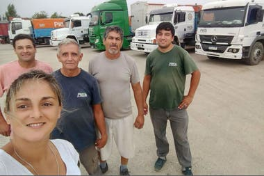 Con cuatro de sus compañeros de trabajo. En total son 28 choferes que trabajan en Transporte Picca