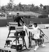 12) El saludo de Sabatini al umpire, en Tokio, tras vencer en la final a Linda Gates (EE.UU.) por 6-3 y 6-4. El Abierto de Japón y Asia fue el primer título profesional de Gaby.
