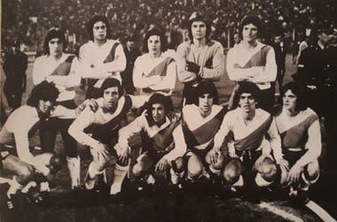 El equipo que le ganó a Argentinos: Jometón, Ponce, Raffaelli, Vivalda, Zappia (parados); Bargas, Labonia, Cabrera, Gómez, Bruno y Groppa.