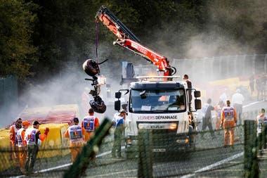 La grúa levanta los restos del auto de Juan Manuel Correa, el piloto ecuatoriano que impactó contra el auto de Anthoine Hubert en la carrera de F.2 en Spa-Francorchamps de 2019; el quiteno le rindió homenaje al joven francés que murió en el accidente