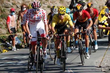 Una definición del Tour de Francia entre eslovenos: Tadej Pogacar, vistiendo la camiseta de lunares, y Primoz Roglic, que llevó el maillot amarillo hasta esta 20ª etapa