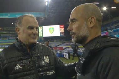 El saludo afectuoso entre Bielsa y Guardiola, no bien terminó el partido entre Leeds y Manchester City, en la fecha pasada.