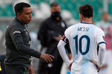 El venezolano César Farías, seleccionador de Bolivia, dice algo a Lionel Messi; una instrucción seguramente no es.