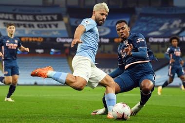 El Kun Agüero, en acción durante el partido entre Arsenal y Manchester City; fueron sus primeros minutos luego de la operación por la rotura de menisco, sufrida en junio.