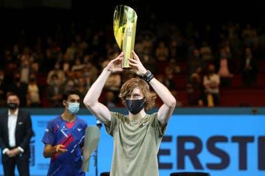 El ruso Andrey Rublev encumbrando el trofeo del ATP 500 de Viena, tras derrotar en la final al italiano Lorenzo Sonego.
