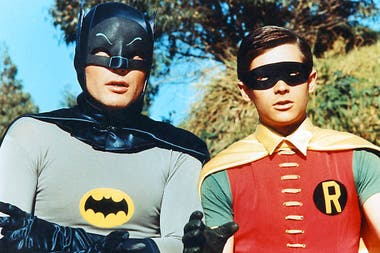 Adam West interpretando a Batman, al lado está el inseparable Robin
