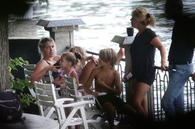 La familia disfruta de los últimos días de verano en la región de Lombardía
