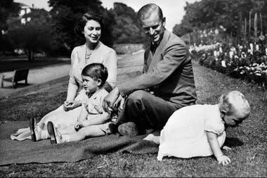 La reina y el príncipe Felipe, junto a Carlos y su hermana Ana