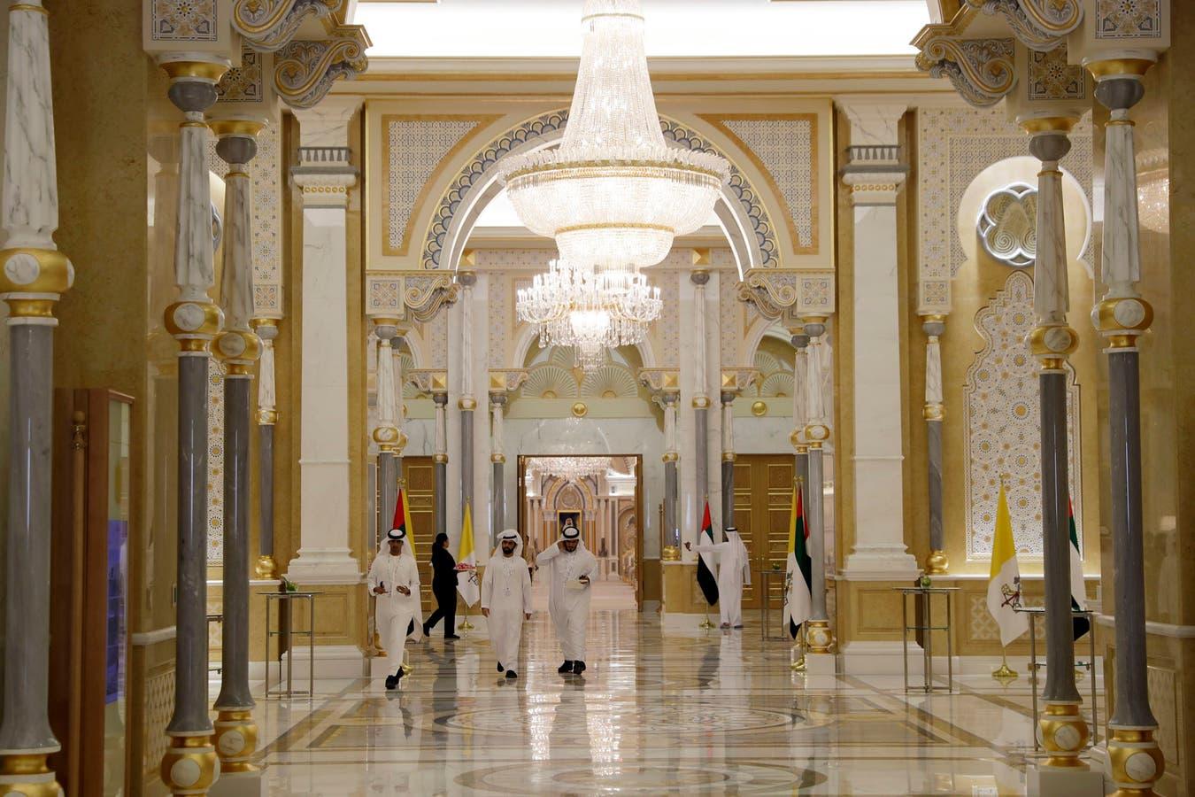 Una vista del interior del Palacio Presidencial antes de la ceremonia de bienvenida para el Papa Francisco, en Abu Dhabi, Emiratos Árabes Unidos. Francisco llegó al palacio presidencial para comenzar oficialmente su histórica visita a los Emiratos Árabes.